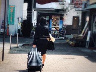 女性,10代,カバン,後ろ姿,全身,スーツケース,ビジネス,スーツ,就職,リクルートスーツ,入社式,研修