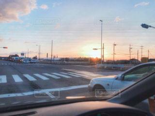 道路を走る車と朝日の写真・画像素材[1862333]