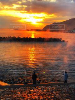 水の体に沈む夕日の写真・画像素材[1862346]