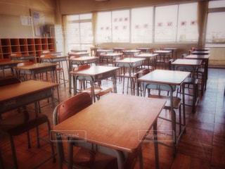 インテリア,屋内,茶色,椅子,机,棚,学校,教室,ベージュ,高校,入学式,イス,学校生活,ミルクティー色