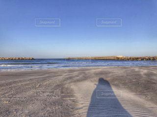 水の体の横にある砂浜のビーチの写真・画像素材[2085413]