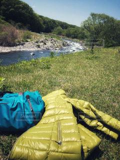 みどりコーデと川のコラボの写真・画像素材[2098638]