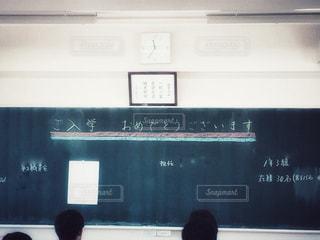 学生,10代,文字,屋内,人,学校,黒板,教室,入学式,おめでとう,頭,後頭部,黒板アート,学校生活,ホームルーム,学活