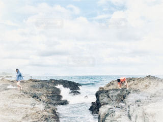 女性,2人,学生,自然,風景,海,空,夏,屋外,雲,波,水面,海岸,景色,女子,岩,人物,人,旅行,夏休み,高知県,フォトジェニック,インスタ映え,ドラマ加工,夏を先取り