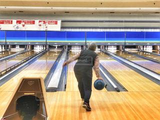 女性,スポーツ,屋内,後ろ姿,人物,背中,人,後姿,玉,おばあちゃん,祖母,母,インドア,ボーリング,球,投げる,ピン,レーン,インドアスポーツ