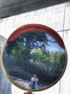 女性,自然,風景,自撮り,屋外,景色,反射,スマホ,光,鏡,樹木,人物,人,丸,ミラー,通り,携帯,草木,ラウンド,カーブミラー,カゲ