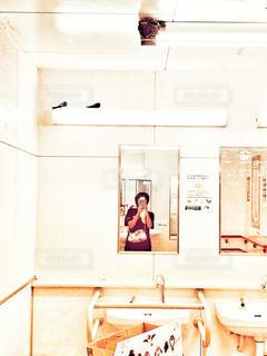 女性,自撮り,動物,鳥,屋内,手,スマホ,鏡,観光,休憩,人物,人,旅行,スマートフォン,トイレ,ミラー,サービスエリア,洗面所,ツバメ,巣,ツバメの巣,携帯電話,お手洗い,パーキングエリア,つばめ
