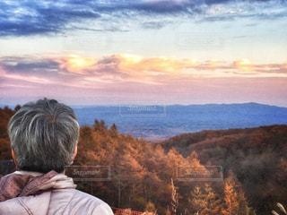 大好きなおばあちゃんと夕焼け空の写真・画像素材[2473905]