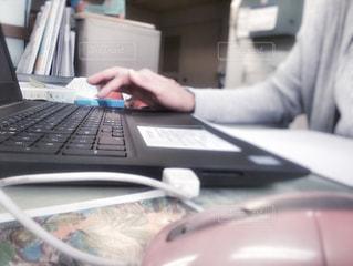 女性,自撮り,屋内,手,女子,オフィス,パソコン,人物,人,事務所,ノートパソコン,受付,ビジネス,コンピューター,マウス,リモートワーク,ビジネスシーン