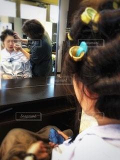 女性,鏡,人物,人,美容,ミラー,コスメ,成人式,美容院,美容室,化粧品,着付け,カール,アイシャドー,カーリー