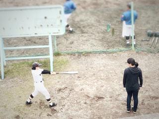 女性,友だち,2人,学生,10代,ファッション,風景,スポーツ,屋外,黒,帽子,女子,人物,人,地面,野球,ヘルメット,コーディネート,コーデ,遊び場,後輩,ユニフォーム,仲間,選手,ブラック,パーカー,履物,バット,先輩,黒コーデ,女子野球