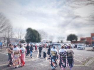女性,男性,家族,友だち,5人以上,ファッション,風景,空,群衆,屋外,黒,車,駐車場,道路,人物,着物,人,成人,コーディネート,コーデ,振袖,成人式,ブラック,履物,スーツ,二十歳,黒コーデ