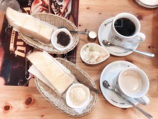 木製のテーブルの上に置くコーヒーと紅茶の写真・画像素材[2890371]