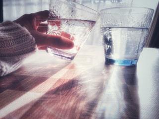 飲み物,リビング,屋内,手,水面,反射,ガラス,光,家,人物,イベント,グラス,乾杯,ドリンク,パーティー,加工,手元,飲料