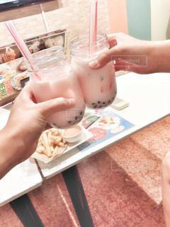 飲み物,屋内,手,人物,人,イベント,グラス,乾杯,ドリンク,パーティー,タピオカ,手元,飲料,イチゴミルク,ソフトド リンク,タピオカイチゴミルク