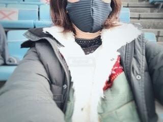 冬のスポーツ観戦マスク姿の女性の写真・画像素材[3987068]