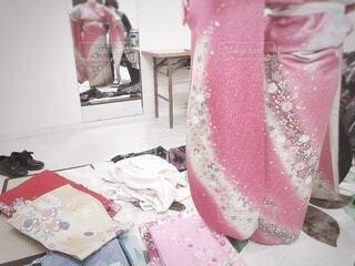 女性,風景,屋内,ピンク,鏡,人物,人,イベント,家具,たくさん,和服,お祝い,晴れ着,成人式,美容院,和装,沢山,行事,着付け,成人の日,多色,着物選び