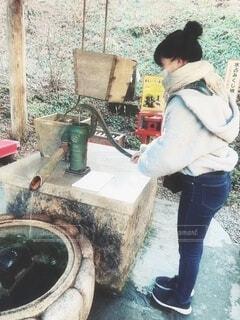神社で水を出す女性の写真・画像素材[4073963]