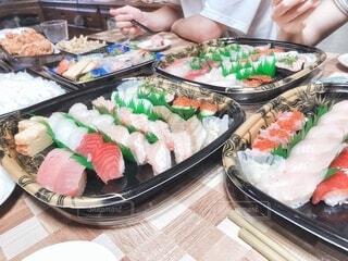 食べ物,飲み物,手,指,人物,人,お寿司,料理,寿司,出前,宅配,テイクアウト,手巻き寿司,デリバリー,お持ち帰り
