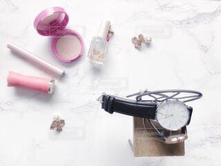化粧品と時計のテーブルフォトの写真・画像素材[4289377]