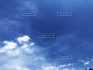 青空と飛行機雲の写真・画像素材[4324656]