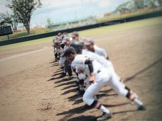野球の挨拶前の集合に駆け寄る風景の写真・画像素材[4372818]