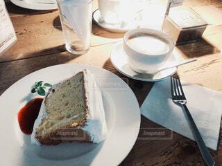 おしゃれなカフェのケーキセットの写真・画像素材[4415280]