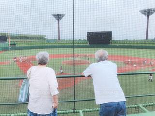 孫を応援している祖父母の写真・画像素材[4542942]