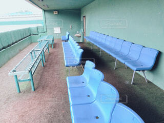 野球場の誰もいないベンチの風景の写真・画像素材[4629306]