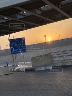 空,海外,太陽,標識,光,空港,日の出,街中,落書き,エジプト,アラビア語