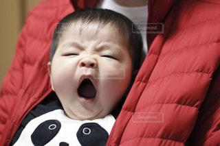 パパのダウンジャケットに包まれる赤ちゃんの写真・画像素材[1758122]