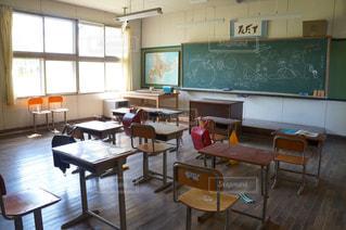 窓,椅子,机,黒板,教室,小学校,フローリング,落書き,世界地図,ランドセル,黒板消し,教壇