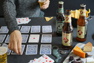 トランプとビールで楽しいひとときの写真・画像素材[2811664]