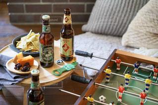 クラフトビールを飲みながらサッカーゲームの写真・画像素材[2821869]
