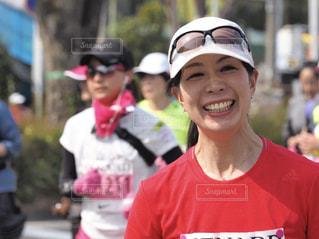 女性,赤,笑顔,ランニング,マラソン,楽しそう,ゴール,マラソン大会,達成感,スポーツウェア,充実感