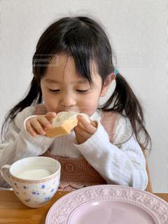 食パンをほおばるの写真・画像素材[2925754]