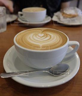テーブルの上でコーヒーを一杯飲むの写真・画像素材[2278638]