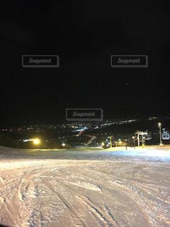 近くに雪の斜面をカバーの写真・画像素材[1745995]