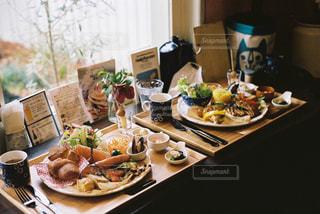 テーブルの上に食べ物のトレイの写真・画像素材[707709]