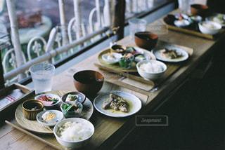 テーブルの上に食べ物のプレート - No.707715
