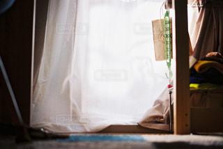 ベッドの上で座っている男の写真・画像素材[707722]