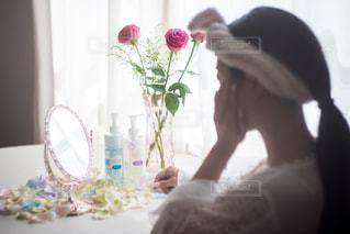カメラにポーズ鏡の前に立っている人 - No.734232