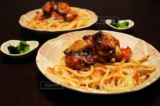 テーブルの上に食べ物のプレートの写真・画像素材[786049]