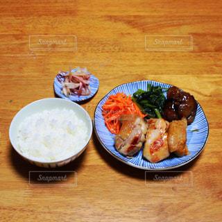 木製テーブルの上の皿の上に食べ物のボウルの写真・画像素材[786066]