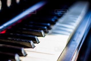 近くにピアノの鍵盤のアップの写真・画像素材[809392]