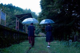 少年の青い傘を保持しています。 - No.819970