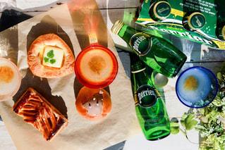 テーブルの上に食べ物のトレイの写真・画像素材[900781]
