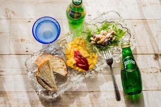 ボトルと木製のテーブルの上のビールのグラス - No.902104