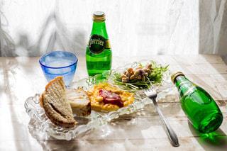 ワインとビール、テーブルの上のガラスのボトルの写真・画像素材[902106]