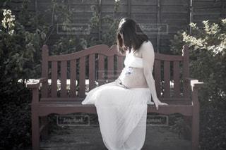 ベンチに座っている女性 - No.905645